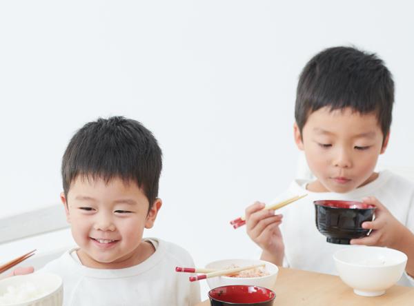お米を食べる子供達